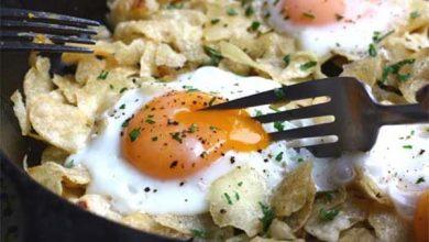 تصویر طرز تهیه تخم مرغ روی چیپس