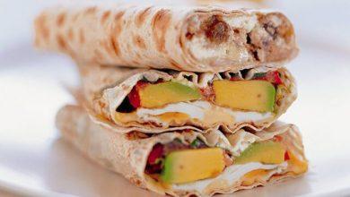 تصویر طرز تهیه ساندویچ رپ مرغ یونانی
